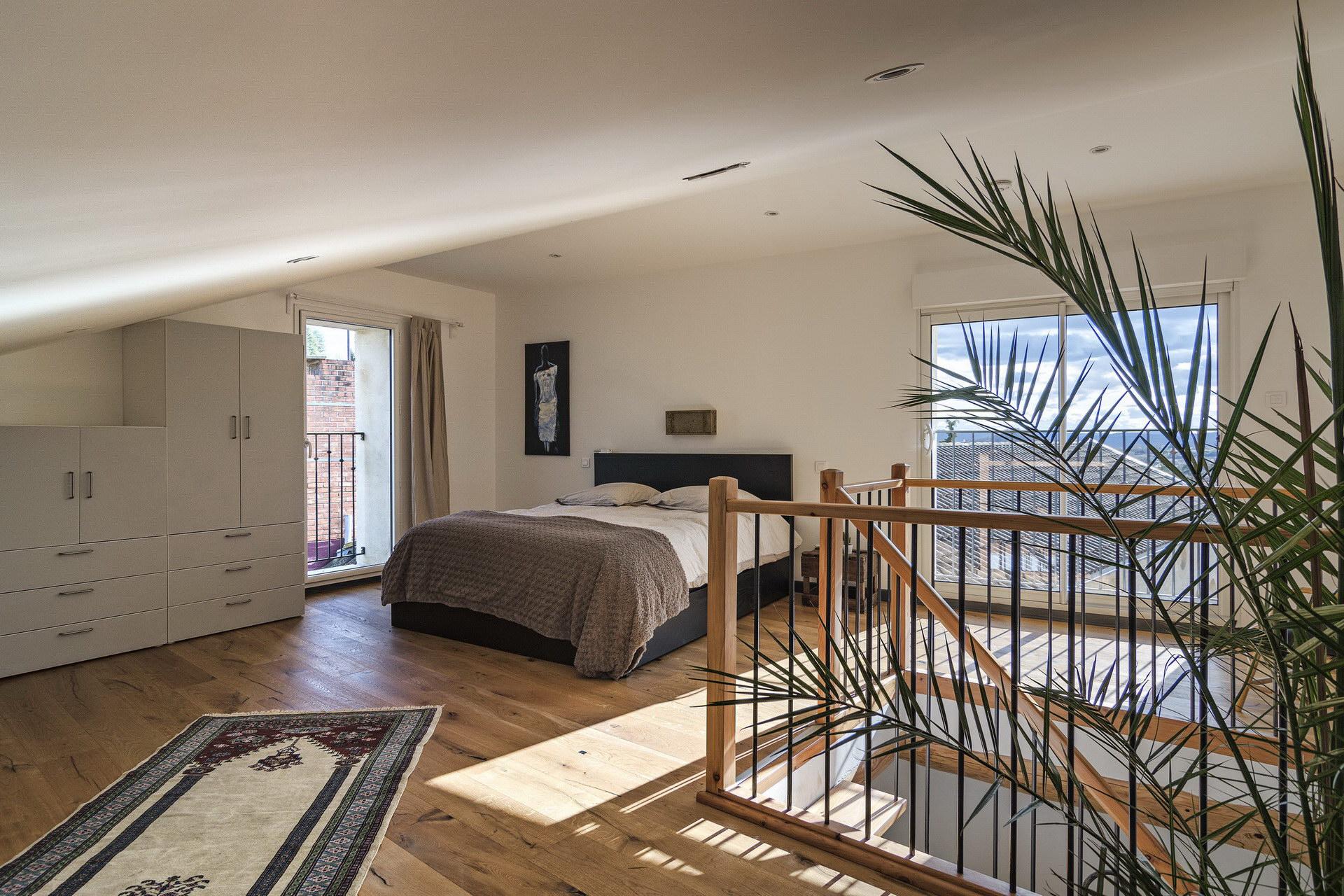 Appartement 4 personnes en location à forcalquier grande chambre mansardée
