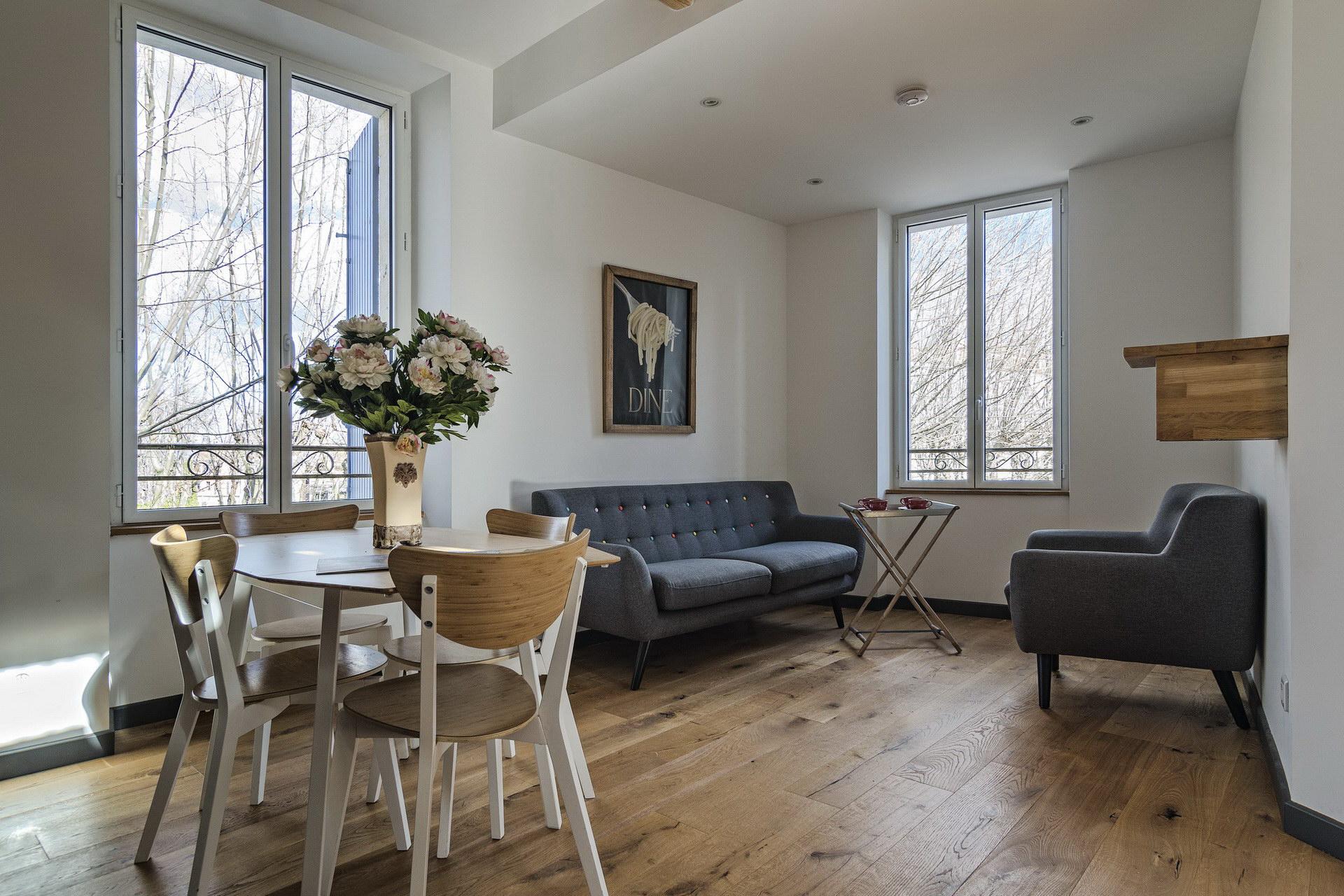 Appartement 4 personnes en location à forcalquier grande pièce à vivre