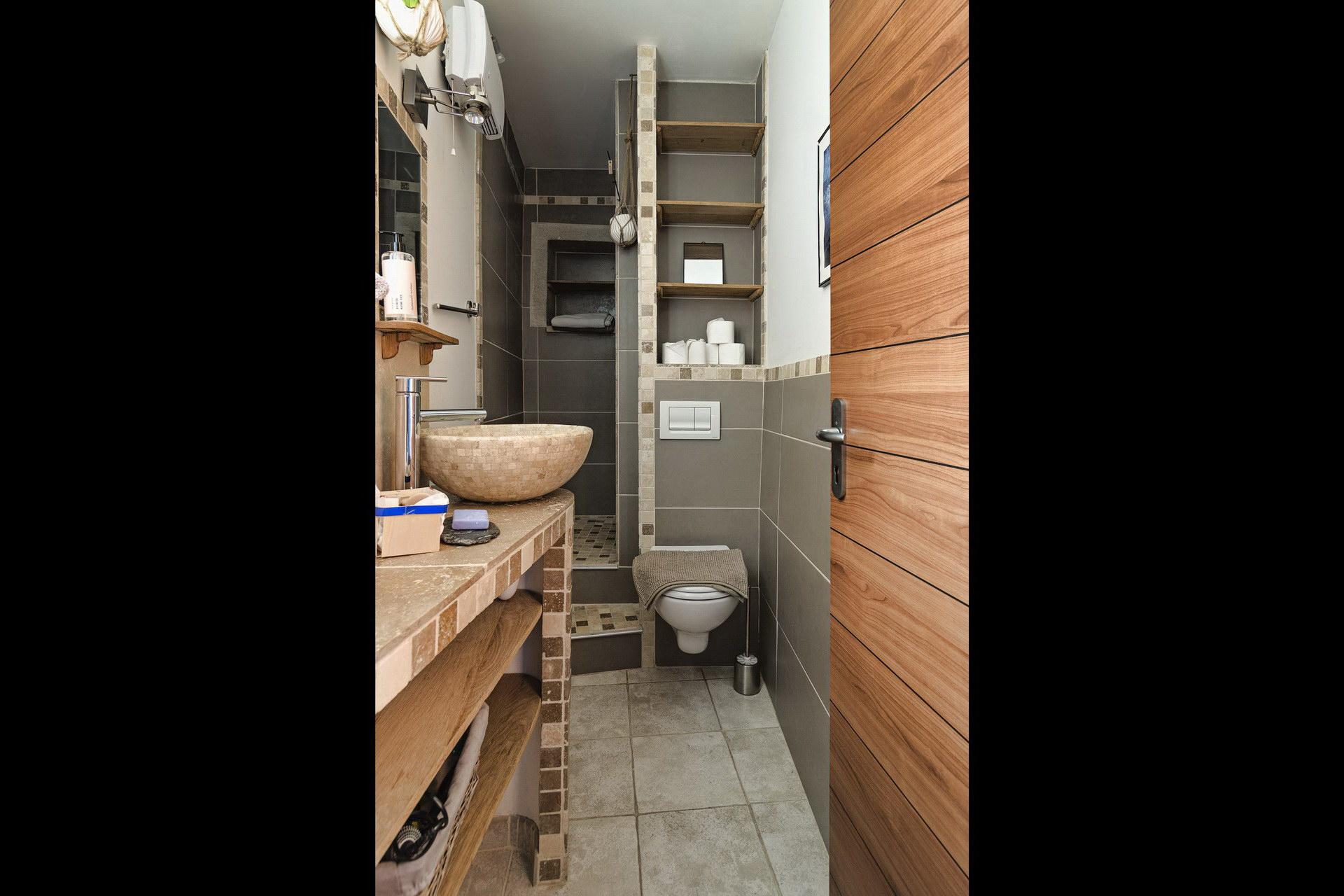 appartement de charme en location à Forcalquier salle d'eau entièrement renovée